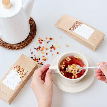 「食べられるお茶」という名のとおり、ティーフレーバーと一緒にカラフルなドライフルーツが散りばめられていて、おやつとドリンクが一体化したような逸品です。新しいお茶のかたちを楽しんで。