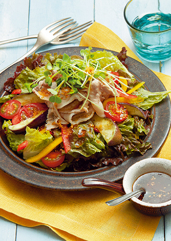 しゃぶしゃぶ用の薄い豚ロース肉を使って作る見た目もオシャレな「豚肉と蒸しなすのサラダ」。豚肉レシピは美味しいけれど食欲のない暑い日はちょっと重たいという方も、たっぷりの野菜とサラダにすれば、美味しくさっぱりいただけます。さらにこちらはドレッシングもショウガの風味がきいていて、より食欲をそそられ、レンジで簡単に作れるのも嬉しいポイントです。