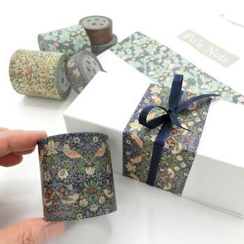 包装紙や箱、紙袋などに、マスキングテープでアレンジ。柄があるものや幅が太めのタイプを使うと、高級感が出ておすすめです。