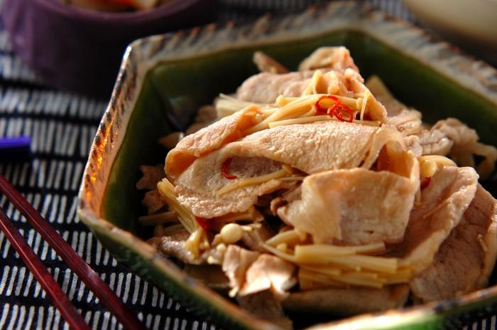 豚ロース肉とエノキを、赤唐辛子のきいたピリ辛のタレで炒めていただく、簡単で食欲がそそられるレシピ。ピリ辛味がご飯によくあい、少ない材料で満足できるおかずに仕上がり、おつまみとしてもお酒がすすみそう。