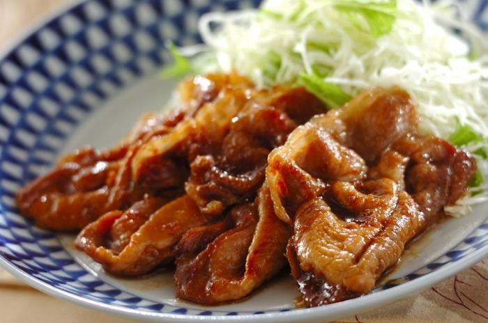 豚ロース肉での定番レシピですが、やっぱりおさえておきたい人気メニューのショウガ焼き。こちらはタレにハチミツを加えて作るので、お肉がしっとりし、さらにそこにまろやかで濃厚なタレがよく絡み、クセになりそうな味わいに仕上がります。