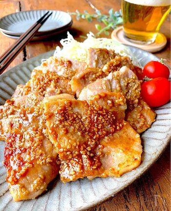 生姜焼き用の豚ロース肉をごまニンニク味のタレで焼いていただきます。下ごしらえの段階でちょっとした工夫を凝らすだけで、驚くほど肉がやわらかく仕上がりジューシーな味わいに。ごはんや千切りのキャベツなどと一緒にいただくのに適した濃さなので、そのままいただく場合は、お醤油の量を少し減らして作ります。