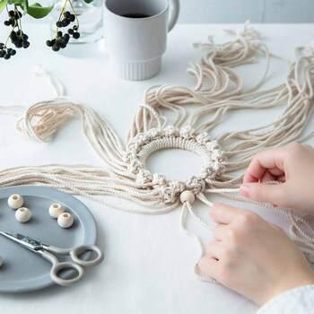 アクリル製のリングパーツにマクラメ糸を結んでいくだけで作れるリースキット。4種類の結び方だけで、おしゃれなマクラメリースを作れます。必要な材料が揃っているので、届いたらすぐに始められるのも◎