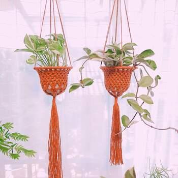 POPなオレンジと長いフリンジが個性的!紐にビーズなどを通してアクセントをつけると、オリジナリティがアップしますね。