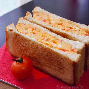 白だしを効かせた卵液に紅生姜をたっぷり加えた卵焼き。これだけでも美味しいのですが、それをサンドしてホットサンド風に仕上げた、和風パニーニを作ってみてはいかがでしょう。  黄色とピンクの彩りも可愛くて、ピクニックに持っていきたくなりますね。