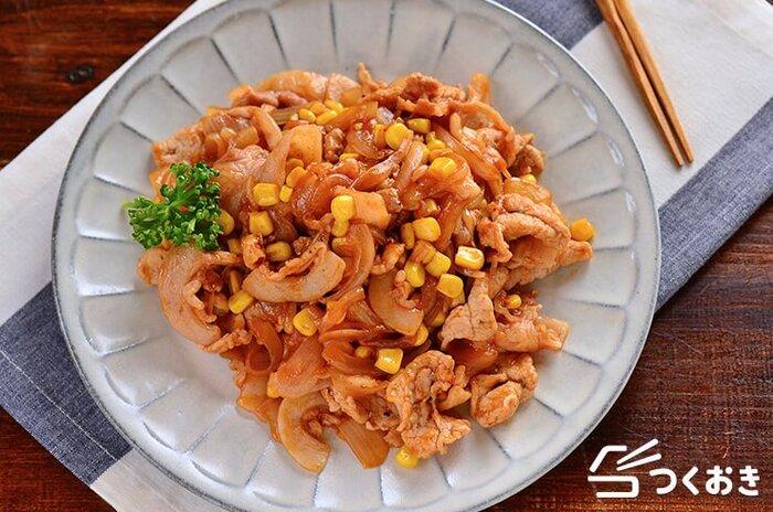 豚肉の洋食メニューで人気のポークチャップは、豚ロース肉の厚切りで作りますが、こちらは薄切りを使って簡単に作れる時短レシピ。コーンを入れることで彩りもアップし、より子供が喜びそうな豚肉メニューに仕上がります。
