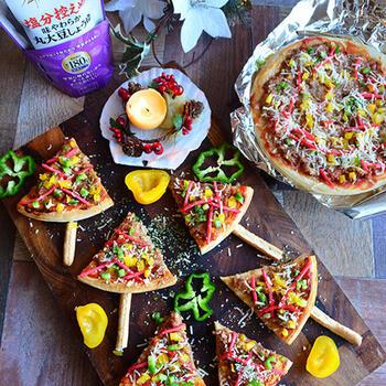 見た目が可愛い!市販のピザ生地を使って作る、紅しょうが入りの和風ピザです。  醤油の香ばしさが際立つ豚ひき肉に、甘いコーンとピリリとアクセントになる紅生姜。彩りも綺麗でとっても美味しいですよ!ピーマンやパプリカも入るので、野菜もたくさん摂取できちゃいます。