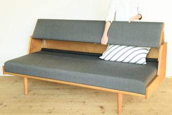 背もたれの部分を上に持ち上げることで座面が広がり、広々としたベッドにチェンジ。