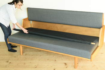 オリジナルのデイベッドには背もたれの内側にシーツが収納されています。くるくると引き出すだけで寝ることができるという工夫も!