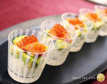 そば猪口はめんつゆを入れるのはもちろん、小さめのグラスやマルチカップとして活躍します。カップ寿司に使えば和モダンな雰囲気に。ホームパーティーを盛り上げてくれそうですね。
