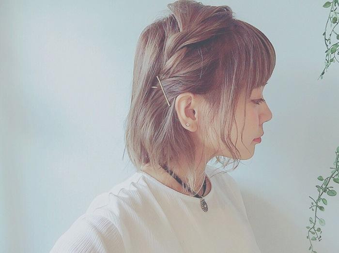 左サイドから髪をもってきてゆるくねじってピンで止めるだけ。後れ毛を残して耳を出すと軽やかに。忙しい朝でもこれなら簡単にできそうですね。