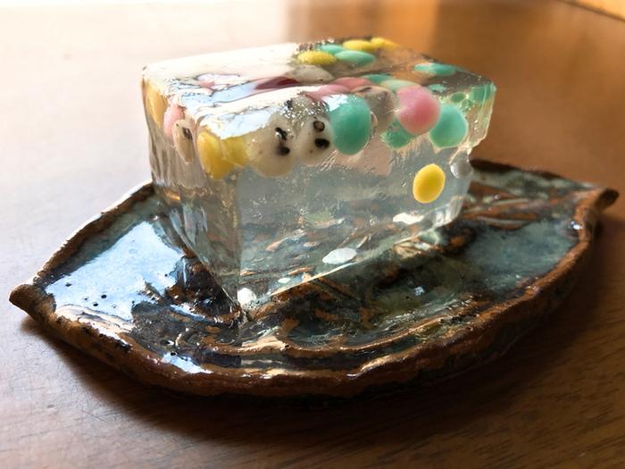 クリアな錦玉羹にカラフルな練り切りと丹波大納言が浮かぶ「壇ノ浦 みなそこの詩」もおすすめ。壇ノ浦の水底の動きを見事に表現。透き通った錦玉羹が涼し気で、夏の暑さも和らぎそうです。