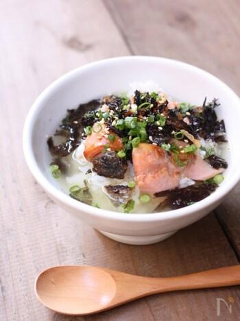 鮭には、質の良いタンパク質、ビタミンB類、オメガ3脂肪酸など皮膚や髪にとっていい栄養がたっぷり。オメガ3脂肪酸などの脂肪酸が減ってしまうと、髪のツヤがなくなりパサついてしまいます。これらの脂肪酸は30代をピークに減少していくといわれているので、食事から美味しく摂りましょう!