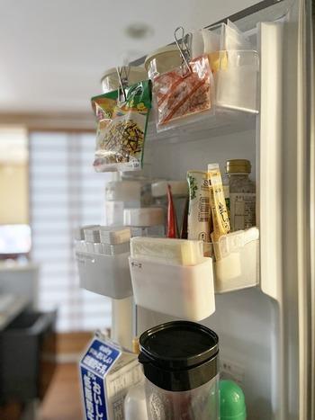 使いかけのふりかけや鰹節をクリップで留めて、そのままドアポケットに挟んで収納。見えやすい位置に置くことで、使いかけのものも忘れずに使い切ることができます。クリップ自体で袋も留めているので、使うときはワンアクションで楽ちんです。
