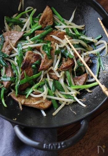 豚レバーには、亜鉛が豊富に含まれており、他にも鉄やビタミンなど、不足しがちな栄養素が摂れる食材です。にらに含まれるビタミンCが亜鉛の吸収率をアップしてくれますよ。