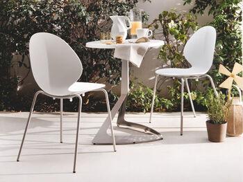 バジルの葉をイメージして作られたポップで可愛らしい椅子です。あまり主張しすぎないデザインなので、ダイニングにはもちろん、さまざまなお部屋に合わせやすいと思います。脚まで同じホワイトトーンで仕上げてあるのもおしゃれですよね。