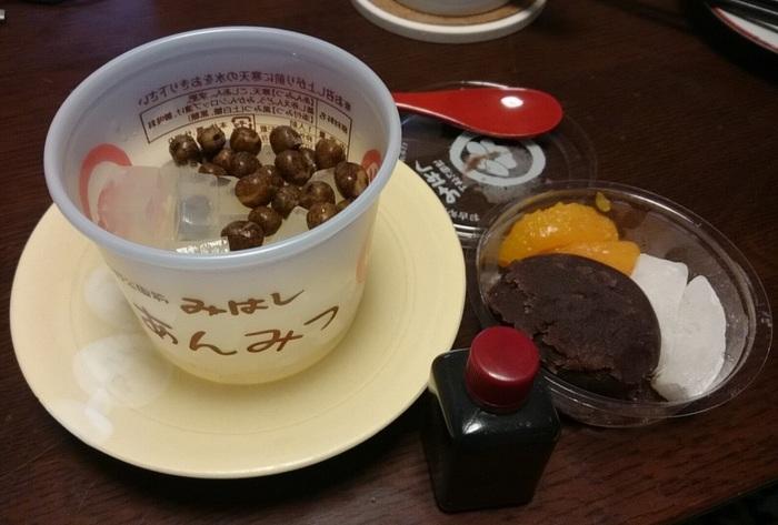 昭和23年創業の「みはし 上野本店」は、あんみつが名物。行列ができる人気店ですが、お取り寄せしておうちで味わうこともできますよ。こしあん、えんどう豆、寒天にみつをたっぷりとかけていただけば、ほっとする素朴な甘さに癒されます。
