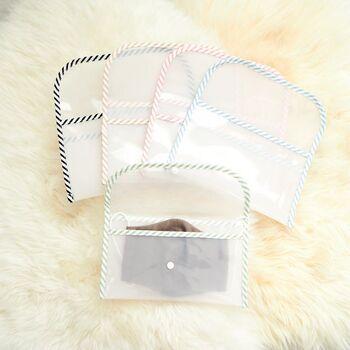 様々な用途に使えるおしゃれなマルチポーチ。半透明のビニール素材なので、中身はわかりつつも指紋などの汚れは分かりにくく、マスクをさりげなく持ちたい方に最適です。便利なポケット付きで、使い勝手もばっちり。