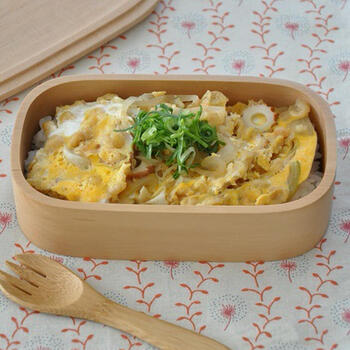 ちくわ・玉ねぎ・卵に、揚げ玉で風味アップしたのっけ弁レシピ。短時間で作れるので忙しい朝にもおすすめです。
