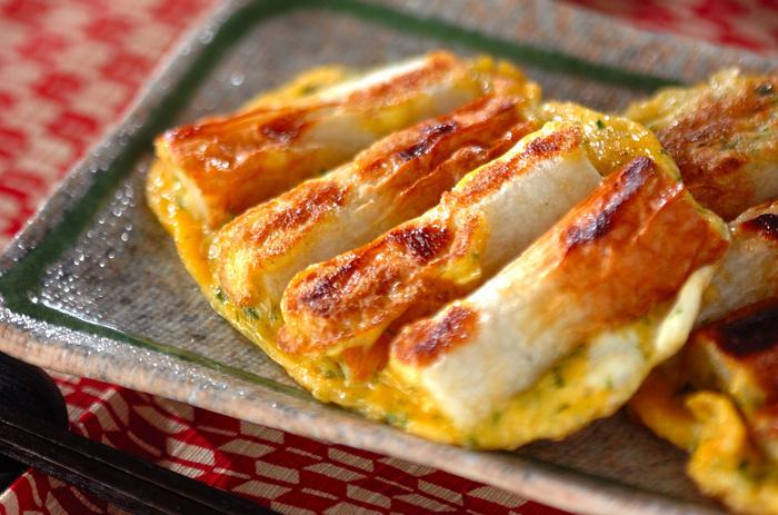 豚肉で作るピカタをちくわでアレンジ。卵液にパン粉と青のりを入れてボリューム&風味アップ。こんがり焼き色がおいしそう。