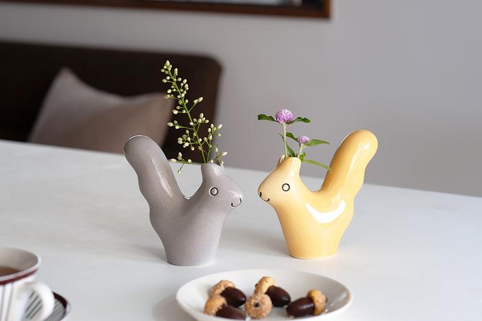 身近な動物や植物をモチーフに心温まる作品を生み出しつづけている鹿児島睦さんによるデザイン。キュートなフォルムに加えて、陶器でできているので、どこか温かみを感じるのもポイント。