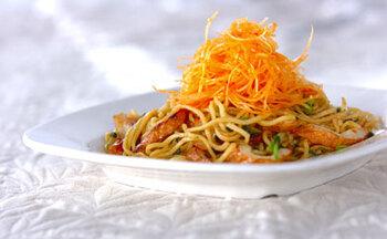肉の代わりにちくわで作るアレンジ焼きそば。ラー油や豆板醤でちょっぴり中華風に。今度のランチにいかがでしょうか♪