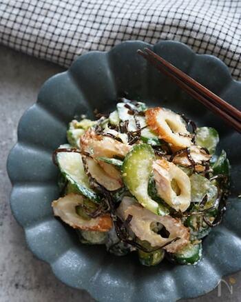 塩もみしたきゅうりとちくわに、ごま昆布と白ごま、マヨネーズで味付けした簡単レシピ。きゅうりの水分をしっかりと絞るのがコツだそうです!