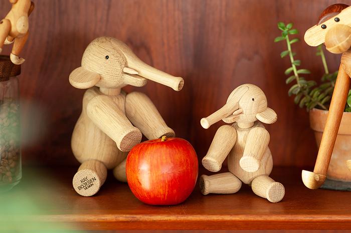 鼻、首、前後足の全6カ所が可動するので、歩いたり・立ったり・座ったりと、いろんなポーズをとることができます。木材には無垢のオーク材が使用されていて、天然オイルで仕上げているので、お子さんが誤って口にしても安心です。