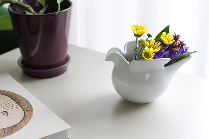 フラワーベースとして使うこともできます。シンプルなデザインだから、お花が映えますね。熱に強い磁器でつくられているから、キャンドルホルダーとして使ってもOK。