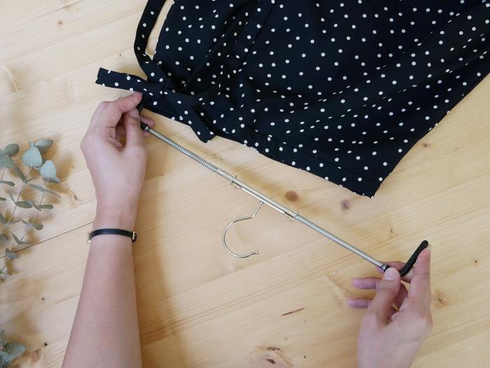 ウエストサイズに合わせて伸縮するスプリング付きのスカートハンガー。クリップ跡の心配がなく、洋服をピンと張った状態で保管できるのでシワが寄る心配もありません。シンプルでスマートなMAWAならではの機能的なデザインです。
