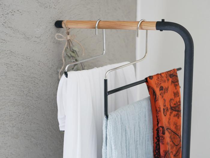 ストールやスカーフなど、さらっとした素材の小物にはMAWAのパンツ用ハンガーがおすすめ。ハンガー表面の特殊コーティングが滑り止め効果を発揮し、しっかりホールド。摩耗で生地が傷むのを防ぎ、シワを作らずに保管できます。