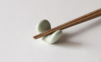 今にも飛び立ちそうな躍動感ある小さな鳥の箸置き。陶器のぽってりとした質感と温かみにホッとさせられますね。