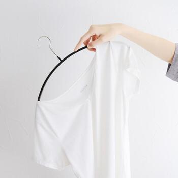 ドイツ産まれのMAWAハンガーはスリムなデザイン+樹脂コーティングで機能性抜群です。「エコノミック」は、襟元から肩先にかけての緩やかなカーブが特徴的。肩のでっぱりがなく型崩れしにくいと注目を集めています。