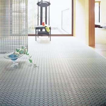 畳に使用されるい草。実は綿よりも2倍の吸湿性と放温性があり、夏でも涼しく過ごすのにぴったりのアイテムなんです。どこか懐かしい、日本家屋の優しい香りがしますよね。