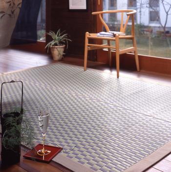 畳を敷くことはできなくても、い草のラグなら夏だけ簡単にお部屋にセットでき、夏らしさがぐんとアップしますね。また、い草の手帳ケースなどのライフスタイルアイテムや、い草の香りを楽しめるディフューザーなども登場していますよ。