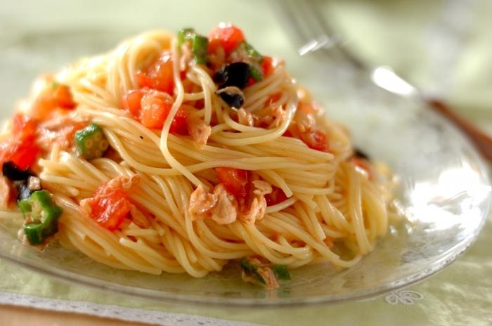 さっぱりしたトマトとツナ缶のコクが美味しい「トマトとツナの冷製パスタ」。味がぼやけないために少し強めの塩加減にするのがポイント。オクラの食感も楽しく、栄養バランスも◎のパスタです。