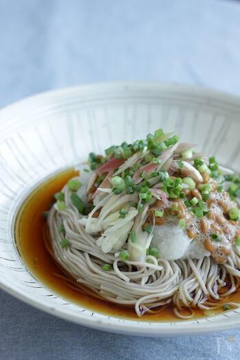 だいこんおろしと納豆でさっぱりつるつる食べられる「納豆おろし蕎麦」。つゆも具材も麺もしっかり冷やしていただく夏に嬉しいレシピです。