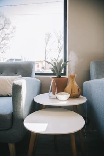 ゆったりとくつろぐことを目的としたスペースを作るなら、ソファの座面からプラス5cmまでの高さがおすすめです。  ソファとテーブルが美しく見える高さバランスで、ソファ周辺に開放感が生まれるので、リラックスしやすい環境になるでしょう。ソファとテーブルの間のスペースが狭いと、立ったり座ったりしにくいので、広く間を取るようにレイアウトします。