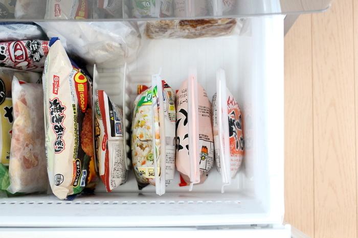 スライドできるスタンドに冷凍食品を立てて収納。食品の大きさに合わせて幅が調節できるので、空間を無駄にせずにたくさん収納できます。見やすいので食べ忘れも防止できますよ♪