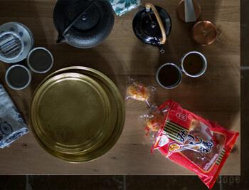 両方持っていても、重ねて収納できるので場所をとりません。また、レトロで味わい深い真鍮(画像)のお盆は重厚感もあるので、トレー代わりにインテリアとして使用するのも素敵。