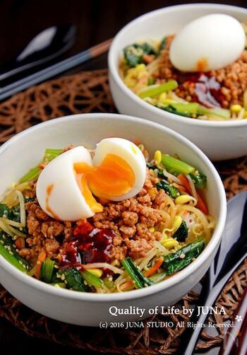 豚ひき肉と野菜がたっぷりのった「ビビンバ風丼」。コチュジャンの辛みとごま油の香りが食欲をそそるレシピです。半熟ゆで卵をくずしながら食べると、まろやかな味わいを楽しめます。