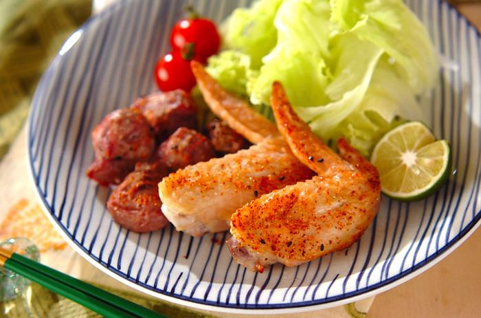 手羽先と砂肝に七味唐辛子をかけオーブンで焼くだけのお手軽レシピです。七味が鶏肉によく絡み食べ出したらクセになります。お酒にもよく合うのでおつまみにも良いですよ。
