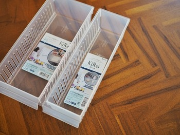 セリアの冷蔵庫用のケース「KiRei(キレイ)シリーズ」。大、小の2サイズがあり、細長く、冷蔵庫の奥まで無駄なくスペースを使うことができる人気アイテムです。