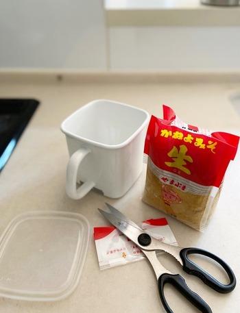 愛用者も多い野田琺瑯の「持ち手付ストッカー」。味噌を入れて保存する人が多いですが、他の用途でもいろいろ役立ちます。多く作り過ぎたスープなど入れておけば、そのまま直火で温め直すことができます。