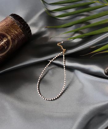 ■MIXTO/Ello 14KGF チョーカーネックレス  ホワイトオニキスは、友情の石とよばれ、人との調和を助けてくれるという力を持っています。  こちらはホワイトオニキスをあしらったチョーカー。アジャスター付きでショートネックレスとしても使うことができます。ラフにTシャツに合わせたり、よそゆき用のブラックドレスに合わせたりといろいろなシーンで活躍してくれますよ。