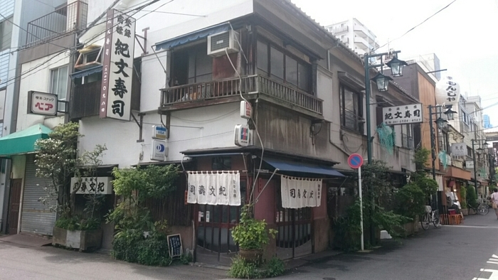 江戸前寿司を食べたい時におすすめなのは、浅草駅から徒歩約4分の場所にある「紀文寿司」です。創業100年以上の歴史を感じる、年季の入った外観にキュン。もちろん店内も素敵です。自分だけの行きつけにしたいお店になりそう。