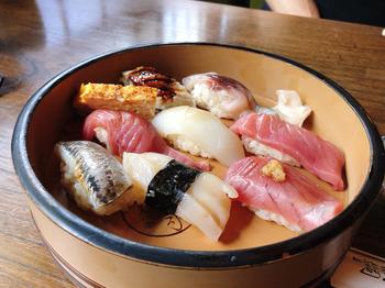ご主人が毎日豊洲で仕入れるという寿司ネタはどれも絶品。また、シャリにも老舗らしいこだわりが感じられ、ネタの美味しさを引き立てます。心もお腹もたっぷりと満たされるはず!