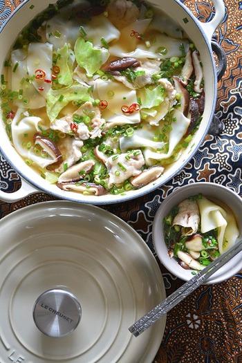具だくさんなおかずスープ「包まない水餃子」。豚肉とキャベツ、ニラ、しいたけ、ねぎが入っているのでスタミナも満点。つるんとなめらかな餃子の皮の食感が楽しいレシピです。