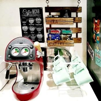 こだわりのコーヒー器具やエスプレッソマシンがある場合は、一箇所に集めてドリンクコーナーを作ってみましょう。カップやコーヒーフィルターといった頻繁に使用するアイテムも、ラックなどを活用すればすぐ手の届く位置に収納できて便利。実用性とおしゃれさを兼ね備えた空間に仕上がります。