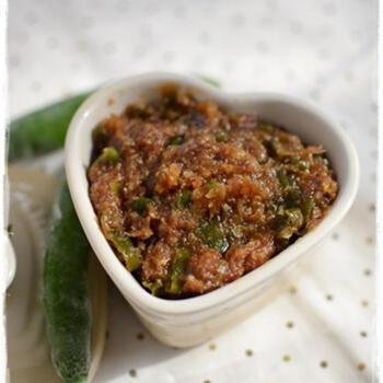 青唐辛子、にんにく、生姜を細かくカットして味噌や醤油、砂糖などの調味料と合わせて作ります。ご飯や焼いたお肉のうえに乗せて食べてもOK!ピリ辛が病みつきになりますよ。